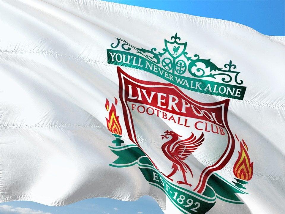 Liverpool er i skrivende stund både Premier League, Champion's League og verdensmester i fotball. Det er absolutt noe å skrive hjem om og det er helt klart gøy, både å være Liverpoolspiller og å være Liverpoolsupporter akkurat nå. Hvordan er de kommet så langt? La oss ta et lite tilbakeblikk på de siste månedene. Et annerledes mesterskap Det er mye som ble litt annerledes i 2020. Ikke bare når det kom til arbeidsliv, reiseliv og kulturliv, men også når det kom til fotball. Etter at det ble kjent at coronaviruset reiste og spredte seg i superhastighet gjennom store begivenheter som fotballkamper, så ble hele Premier League helt annerledes enn man kanskje hadde tenkt. Alle som hadde billetter til kampene, stod igjen med skjegget i postkassa da kampene skulle spilles uten publikum på tribunen. Det ble allikevel full pott for Liverpool i denne annerledes-sesongen. Nå er det en av verdens mest ettertraktede klubber å spille for, og det er kanskje litt ekstra gøy å være Liverpool-supporter akkurat i disse tider. En overveldende seiersesong Det er jo ikke noe å si på at det har vært en overveldende seiersesong for de røde og hvite trøyene i år og det har smittet over på supporterne. Nå har Liverpool vunnet sin første Premier League siden 1989/1990. Det er ingen tvil om at det er stort! Det har også vært en fantastisk bærebjelke gjennom et annerledes halvår, å ha noe å holde seg fast i. Det at kampene fremdeles spilles, skaper et samhold som er der, selv om man ikke står på tribunen og heier selv og føler på fellesskapsfølelsen. Vi er sammen hver for oss, og det er nesten ikke noen arenaer der det har blitt tydeligere enn på fotballarenaen. Kanskje har seierne gjort året ditt litt bedre også? Dette med seiersfølelse, at vi står sammen og har et mål, er jo noe av det som gjør det så fantastisk å være supporter. Fotball (og Liverpool), er noe som samler oss og gir mening i en ellers utfordrende og grå hverdag. Hele denne tiden har jo også vært preget av en dugnadsånd som vi i
